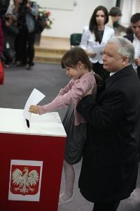 Kaczynski_od_tylu_dziecko_300x300